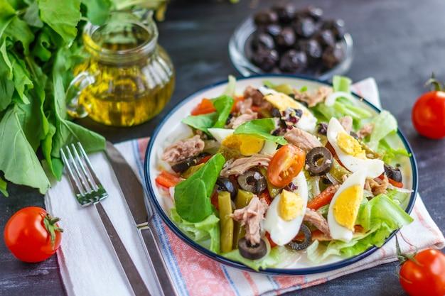 マグロ、インゲン、バジル、新鮮な野菜のニース風サラダ Premium写真