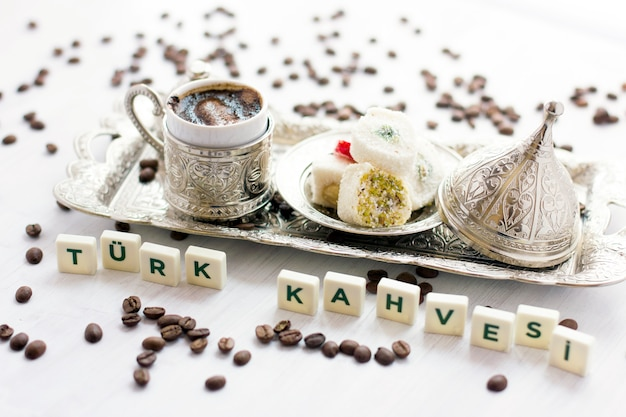 銀器の伝統的なトルココーヒーとお菓子。トルコ語のレタリング - トルココーヒー - Premium写真