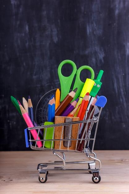色鉛筆と学校のためのマーカーのセット。 Premium写真