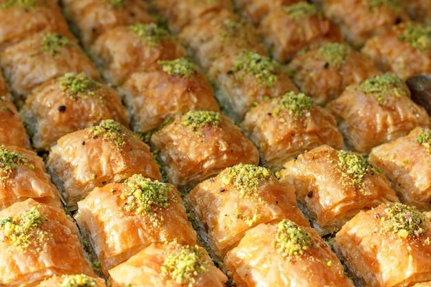 トルコのホテルのオープンビュッフェで伝統的なトルコのバクラヴァお菓子 Premium写真