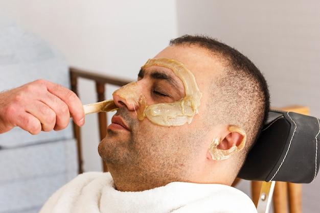脱毛。トルコ人の男の顔が甘くなる Premium写真
