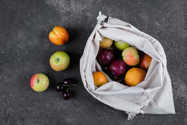 Нулевые отходы, безпластичная переработанная текстильная сумка для фруктов (яблоко, груша, слива, вишня) Premium Фотографии