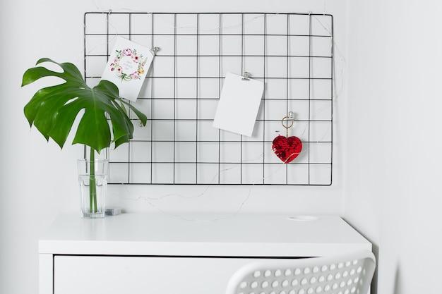 白いインテリア、事務室。グリッドムードボードスタイリッシュな白いデスクトップ。 Premium写真