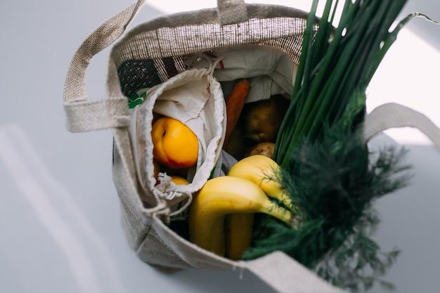 Эко сумки со свежими овощами и фруктами Premium Фотографии