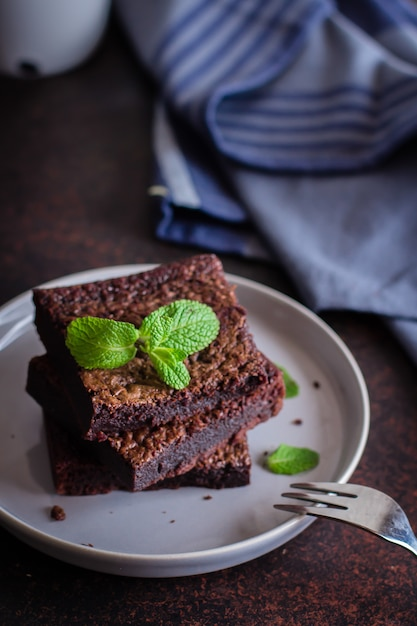 Домашние шоколадные пирожные на синем каменном фоне Premium Фотографии
