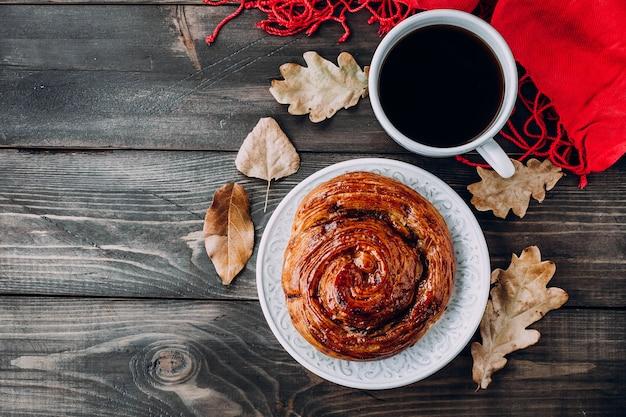 焼きたてのペストリーパン、ホットコーヒーと紅茶のカップは木製の背景に残します。上面図、コピースペース Premium写真