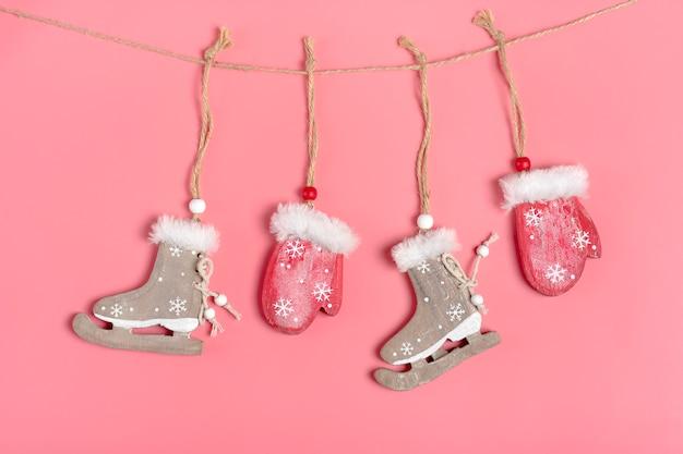 クリスマスカード、新年装飾赤い木製のミトンとスケート弦に吊り下げられています Premium写真