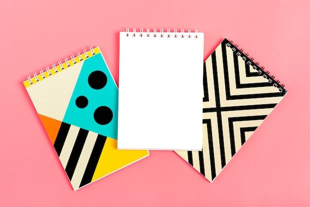 ピンクの背景のノートのためのノートのセット Premium写真