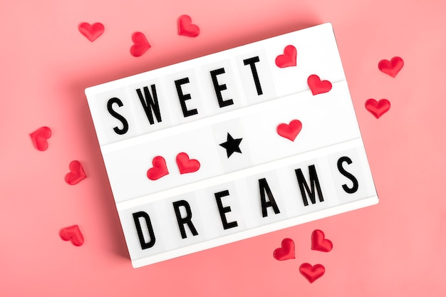 Красные сердца, лайтбокс с цитатой сладкие сны на розовом фоне Premium Фотографии