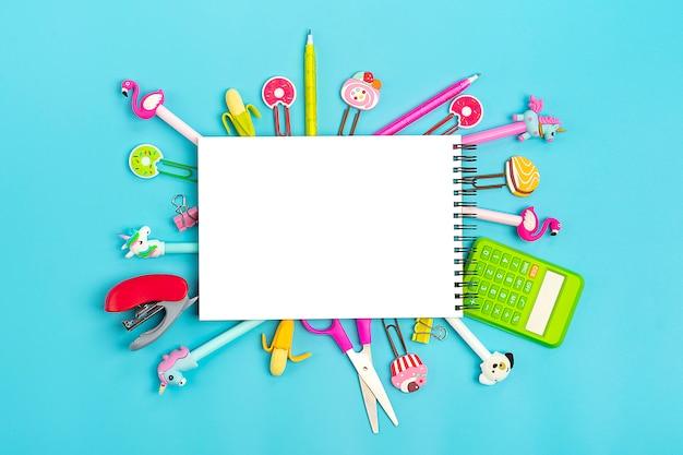 フラットレイアウトのスタイリッシュなセット。学校文具学校のコンセプトに戻る Premium写真
