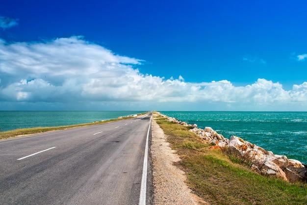 キューバの島からカヨ島へ人工海岸の人工ダムを残す道路の高速道路 Premium写真