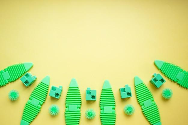 Различные детские игрушки фон в зеленых тонах, красочные ассорти Premium Фотографии