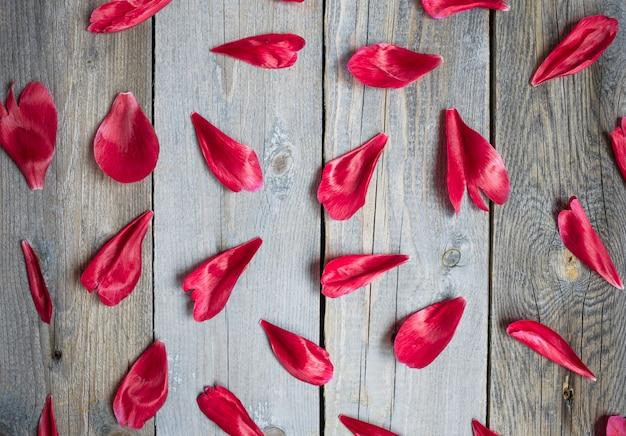木製の背景、花のパターンに赤い牡丹の葉 Premium写真