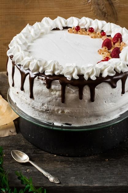 ラズベリー、クランベリー、ミント、赤スグリとビクトリアケーキ。デザート。ブラックフォレストケーキ。 Premium写真
