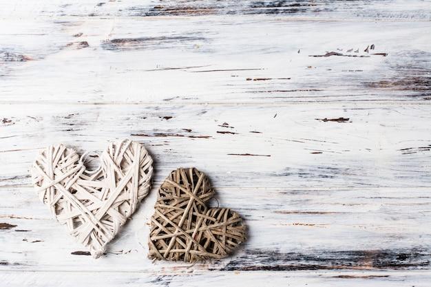 心、バレンタインの背景。バレンタイン・デー。愛。籐の心。テキストのための場所バックグラウンドコピースペース Premium写真