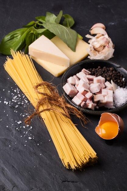 スパゲッティアッラカルボナーラの材料 Premium写真