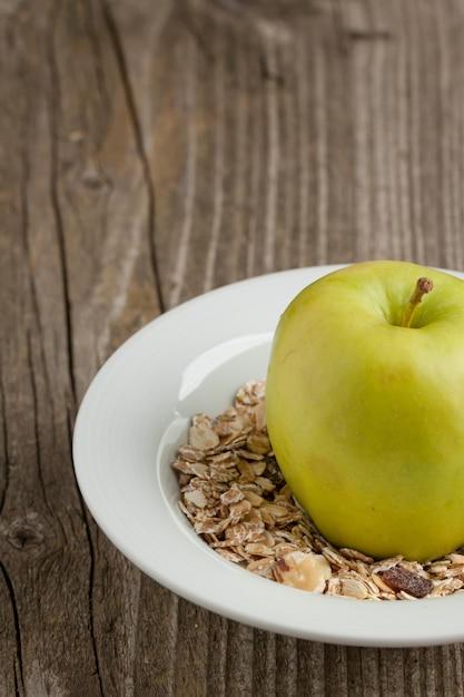青リンゴとミューズリーのプレート Premium写真