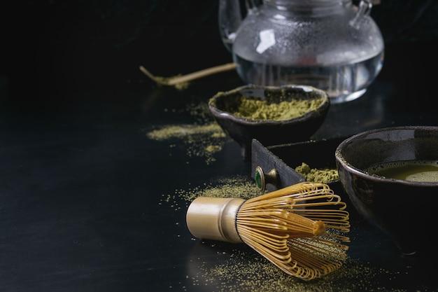 緑茶抹茶パウダーとドリンク Premium写真