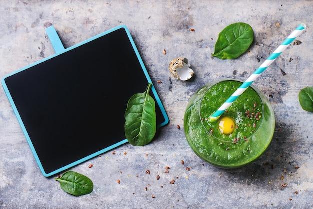 リンゴとコンクリートの葉と緑のスムージー Premium写真