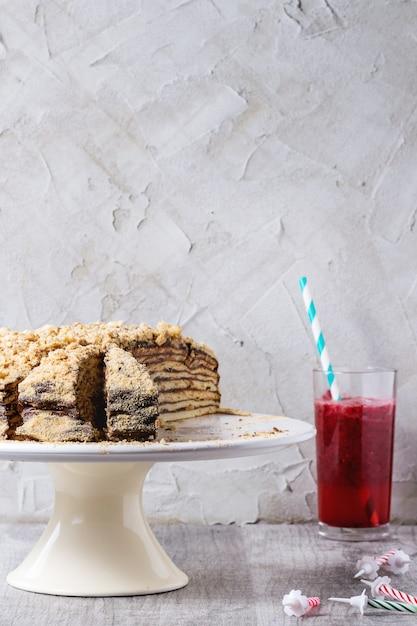 自家製の誕生日蜂蜜ケーキ Premium写真