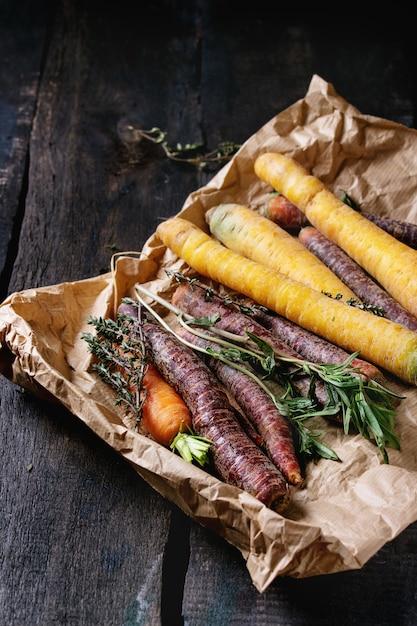 Разноцветная сырая морковь Premium Фотографии