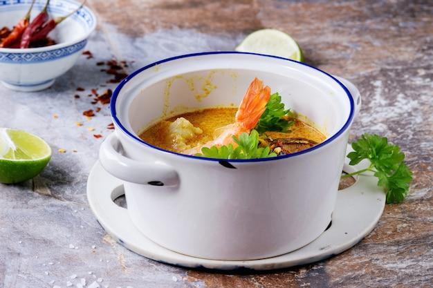 タイのスープトムヤム Premium写真