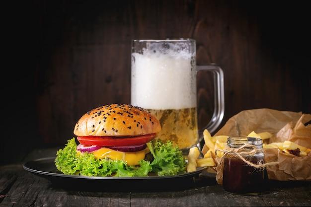 Домашний гамбургер с пивом и картофелем Premium Фотографии