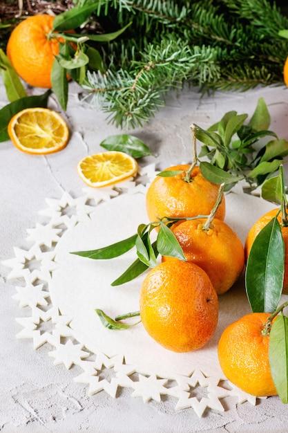 Мандарины в новогоднем декоре Premium Фотографии