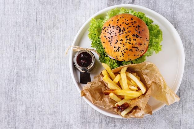 Домашний гамбургер с картофелем фри Premium Фотографии