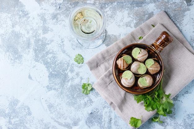 ブルゴーニュカタツムリの調理されていないエスカルゴ Premium写真
