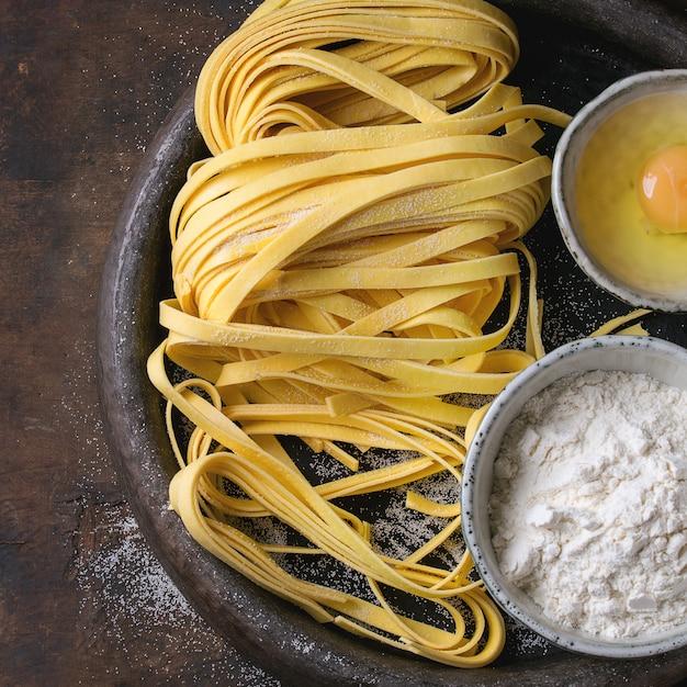 Сырье домашняя паста тальятелле Premium Фотографии