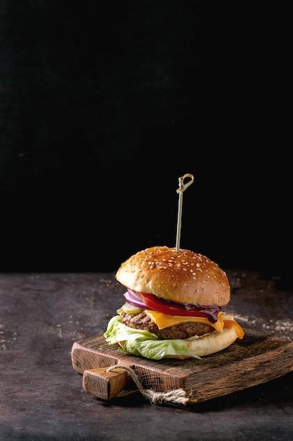 Домашний бургер из говядины Premium Фотографии