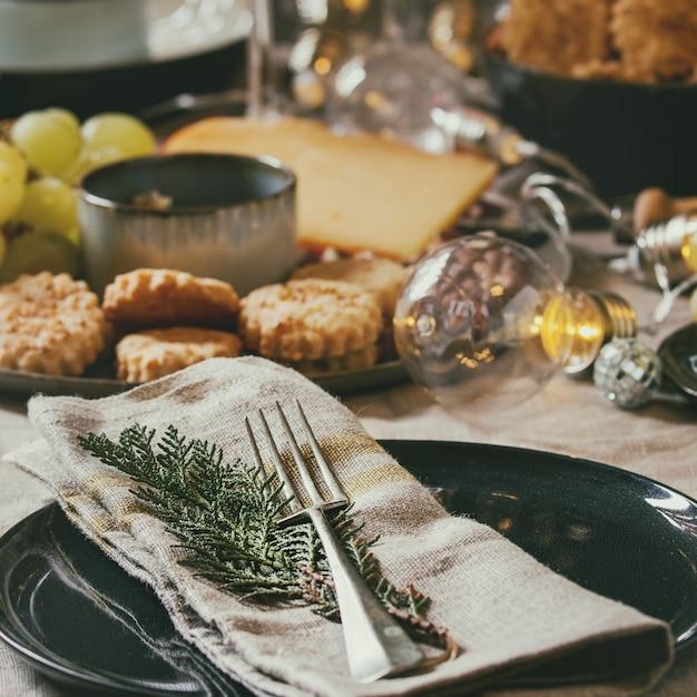 Рождественский ужин накрытый стол Premium Фотографии