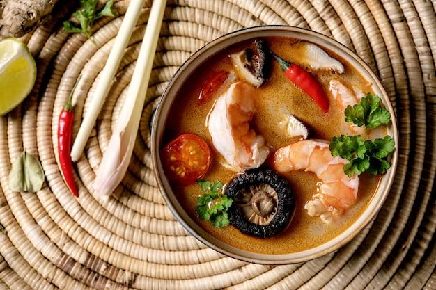 Тайский суп том ям Premium Фотографии