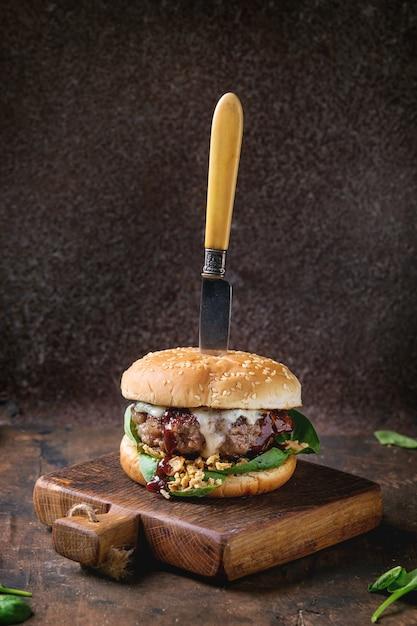 牛肉とほうれん草のハンバーガー Premium写真