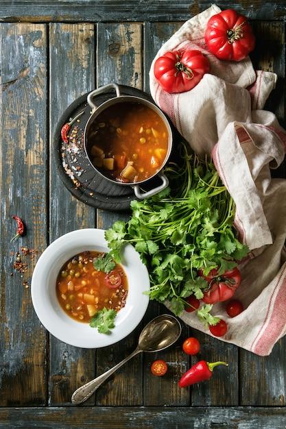 にんじんトマトエンドウ豆のスープ Premium写真