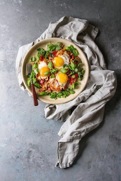 目玉焼きと野菜 Premium写真