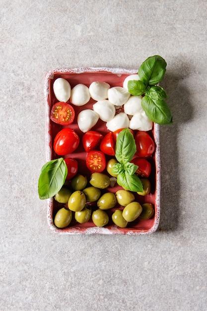 モッツァレラチーズトマトオリーブ前菜 Premium写真