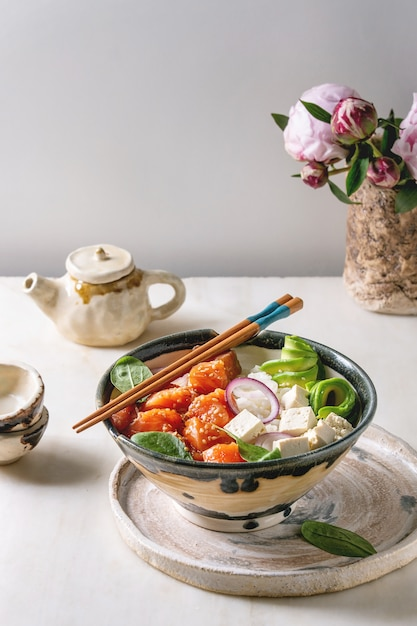 サーモンのポケ丼 Premium写真