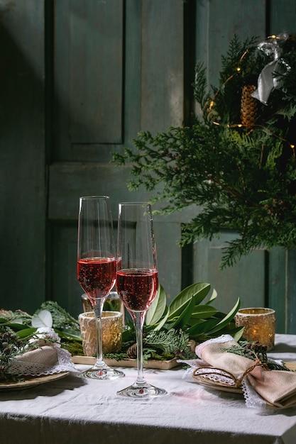 クリスマスまたは新年のテーブル設定 Premium写真