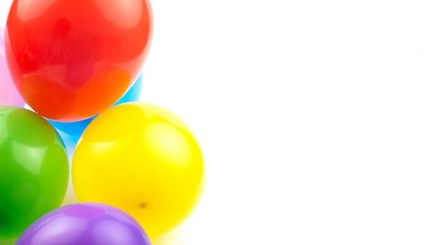 色付きの誕生日用風船は、あなたのテキストのためのスペースと白い背景に分離します。 Premium写真