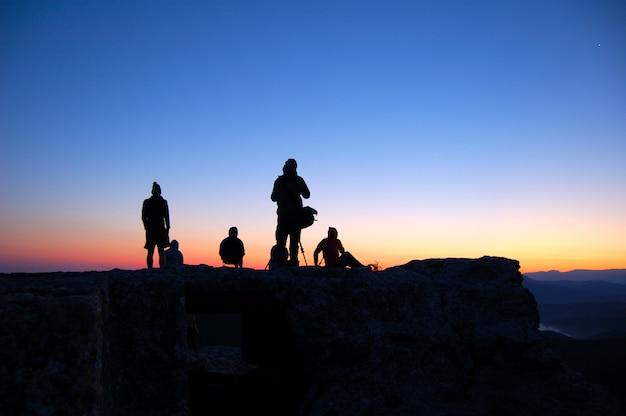 観光客は日の出を見る Premium写真