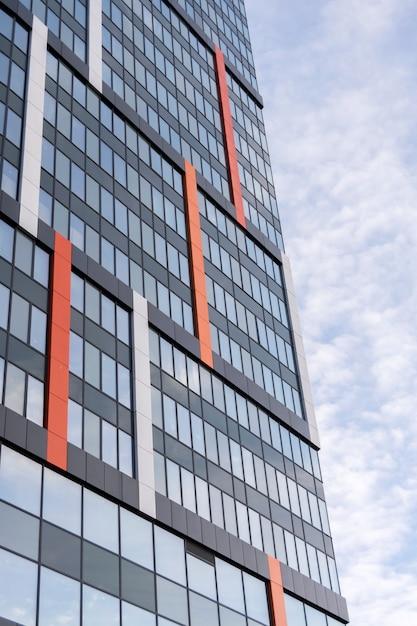 Современное большое офисное здание с зеркальными окнами Premium Фотографии