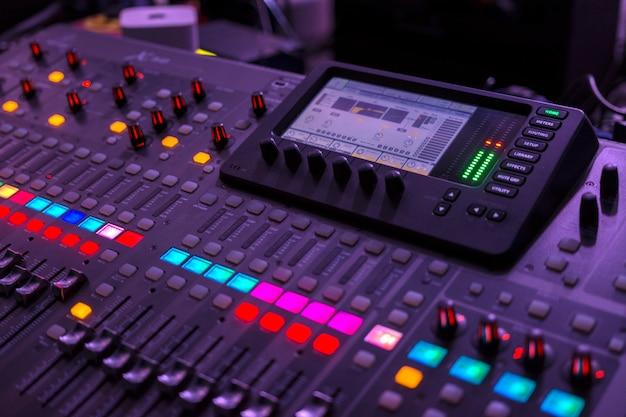 コンサート中にコンソールを実行するサウンドエンジニアリング。中央部に焦点を当てます。 Premium写真