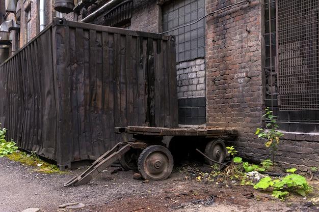 工場で使用する古い金属トラック。工場内の庭。 Premium写真