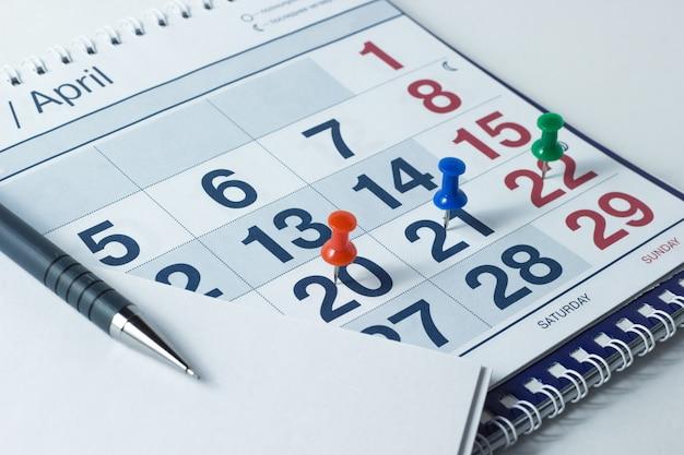 壁掛けカレンダーとペン、重要な日は刻印されています Premium写真