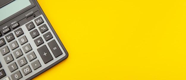 伸びた黄色のスペース、ビジネスおよび金融の概念上の電卓 Premium写真