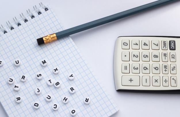 白い背景に鉛筆、電卓、ノートブック Premium写真