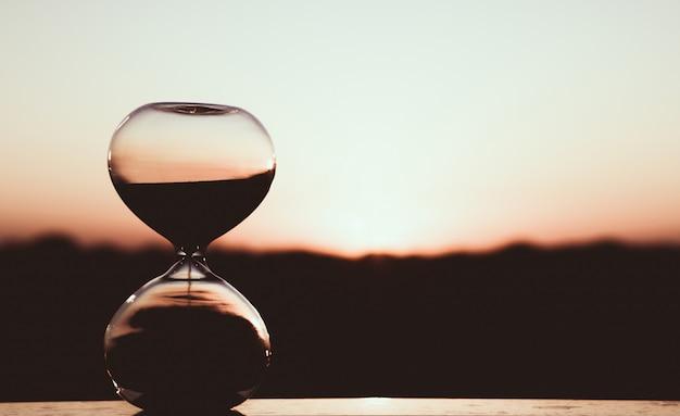 夕焼け空、アート写真に対する砂時計 Premium写真