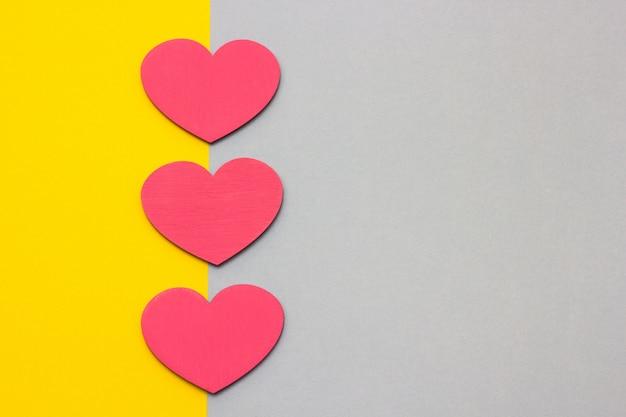 多色の背景に木製の心、トップビュー Premium写真